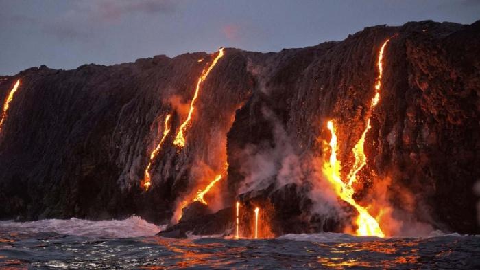 Khi đến đây du khách sẽ có cơ hội ngắm cảnh tượng kỳ vĩ, đó chính là khi núi lửa phun trào