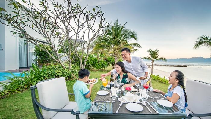 Chiêm bao thấy cả gia đình ăn uống sang trọng trong khu nghỉ dưỡng đánh con 12 - 35